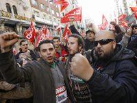 Ισπανία: Μια μεγάλη απεργία με ξύλο, συλλήψεις, φωτιές