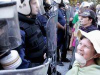 Διαμαρτυρία στις Σκουριές Χαλκιδικής: Οι γυναίκες απέναντι από τα ΜΑΤ (βίντεο, 21-10-12)