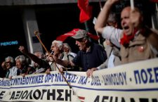 FILE PHOTO: Greek pensioners shout slogans during a demonstration against planned pension cuts in Athens, Greece, October 3, 2017. REUTERS/Alkis Konstantinidis/File Photo